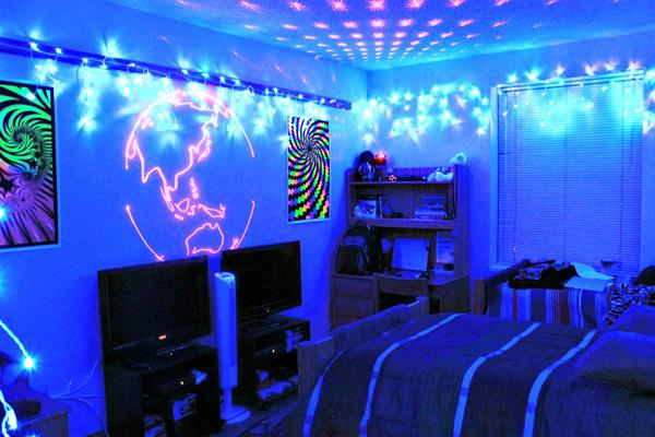 Students like psychedelic dorm decor the advocate for Blacklight bedroom designs