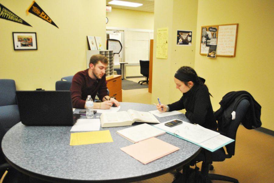 Sophomore+Joe+Lasser+tutors+sophomore+Caitlyn+Palazzi+on+March+28+in+Owen+Library%E2%80%99s+Academic+Success+Center.